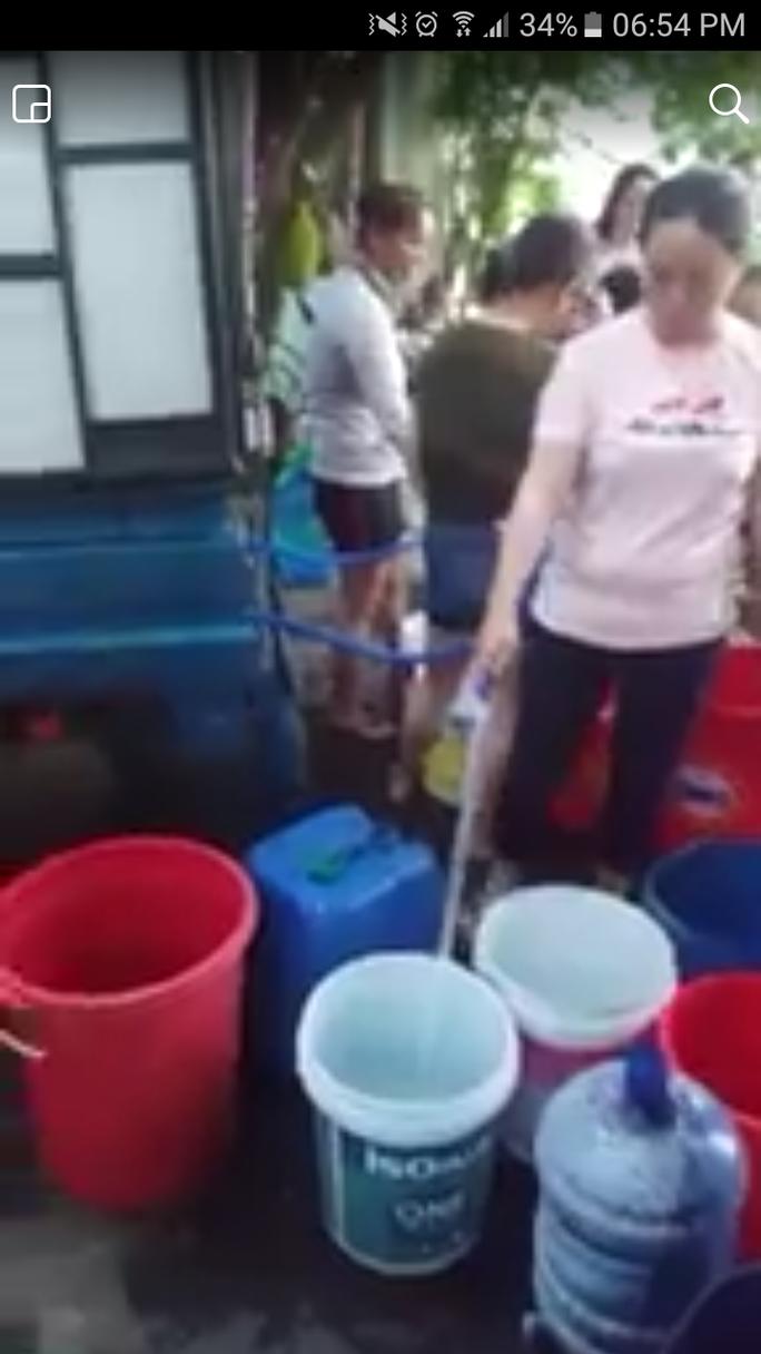 Đà Nẵng: Người dân vật vã dùng thùng nhựa đi hứng nước sạch - Ảnh 4.