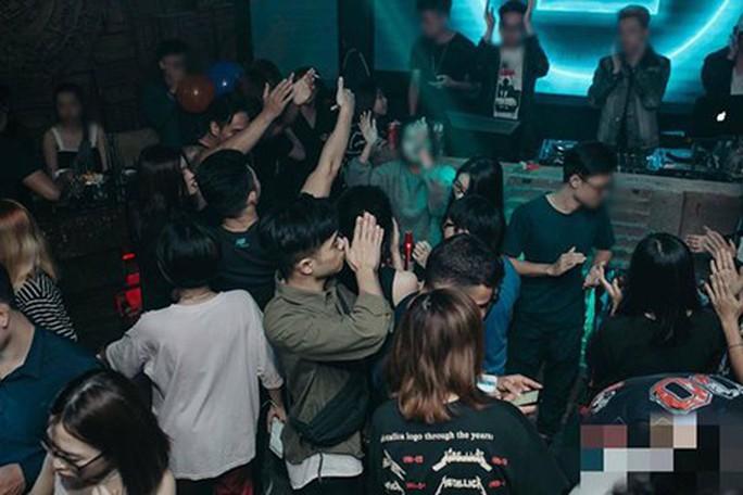 Những cô gái trẻ đẹp bị gài bẫy khi đi bar ở Hà Nội - Ảnh 1.