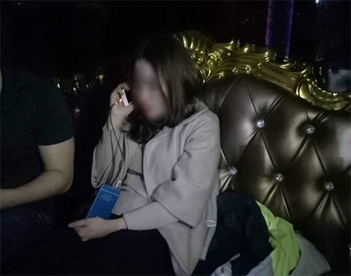 Những cô gái trẻ đẹp bị gài bẫy khi đi bar ở Hà Nội - Ảnh 2.