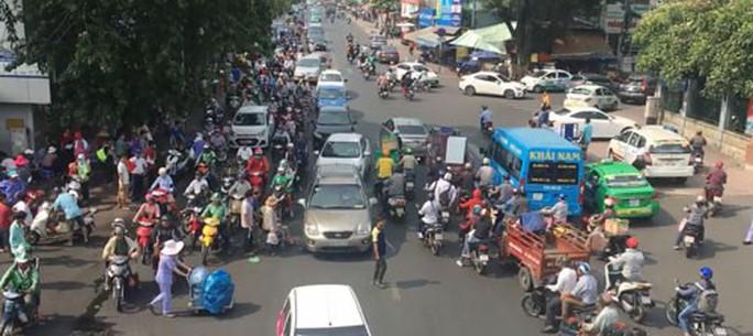 Nhiều người đi bộ vi phạm luật giao thông - Ảnh 1.