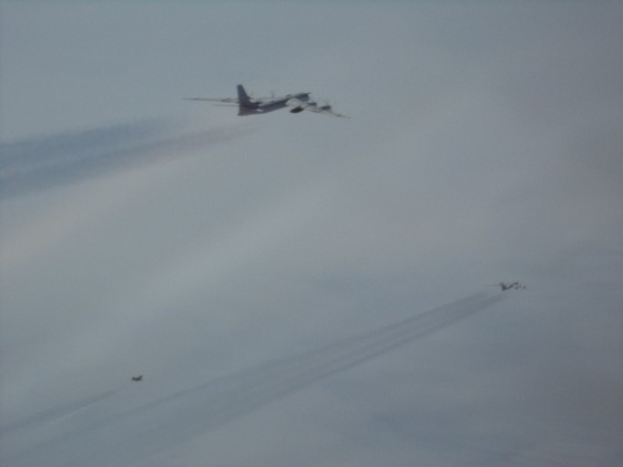 F-22 của Mỹ chặn 6 máy bay ném bom và chiến đấu của Nga - Ảnh 2.