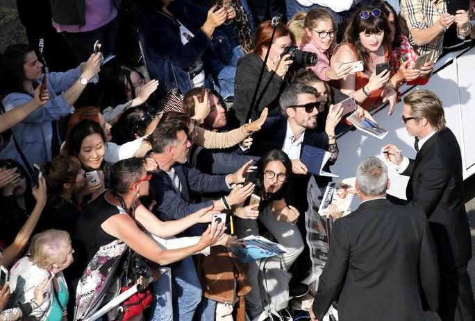 Leonardo DiCaprio, Brad Pitt lịch lãm trên thảm đỏ - Ảnh 4.