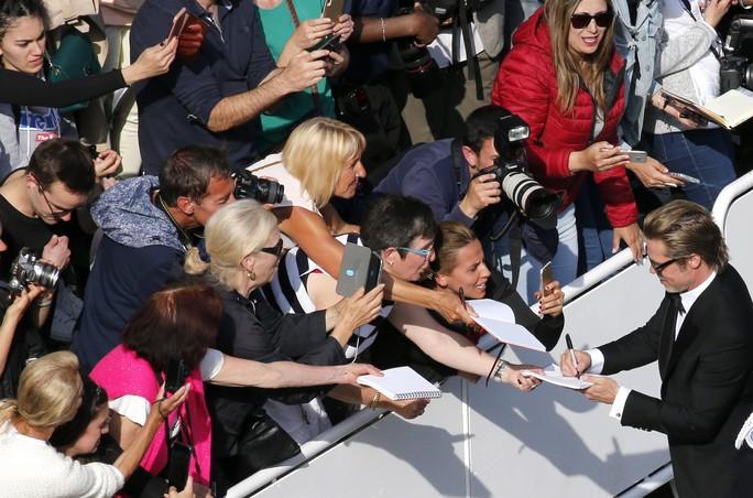 Leonardo DiCaprio, Brad Pitt lịch lãm trên thảm đỏ - Ảnh 3.
