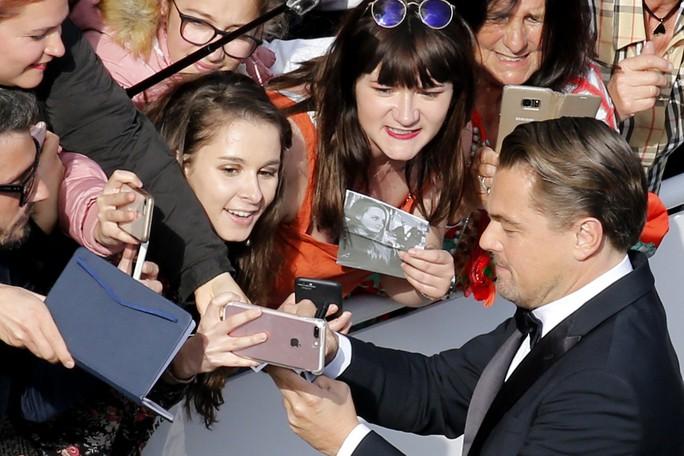 Leonardo DiCaprio, Brad Pitt lịch lãm trên thảm đỏ - Ảnh 1.