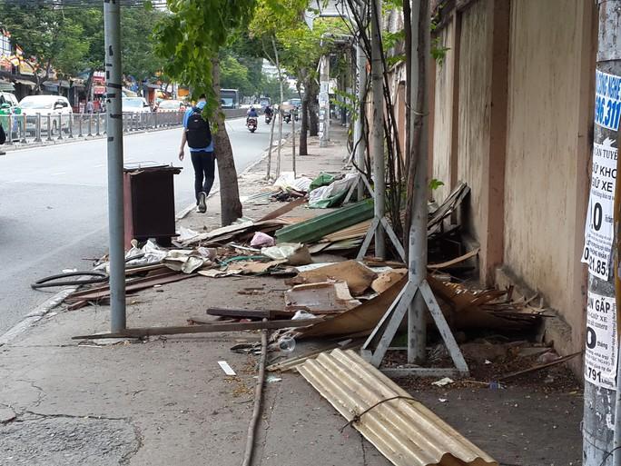 Lề đường thành bãi rác - Ảnh 1.