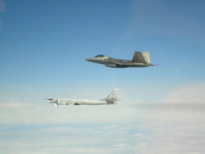 F-22 của Mỹ chặn 6 máy bay ném bom và chiến đấu của Nga - Ảnh 1.