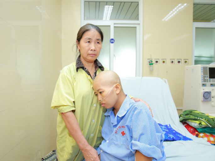 Bác sĩ trào nước mắt đón bé trai chào đời từ người mẹ bị ung thư vú giai đoạn cuối - Ảnh 2.