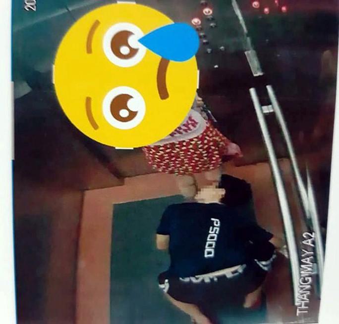 Truy tìm kẻ biến thái quỳ xuống nhìn ngược vào váy phụ nữ đi cùng thang máy - Ảnh 2.