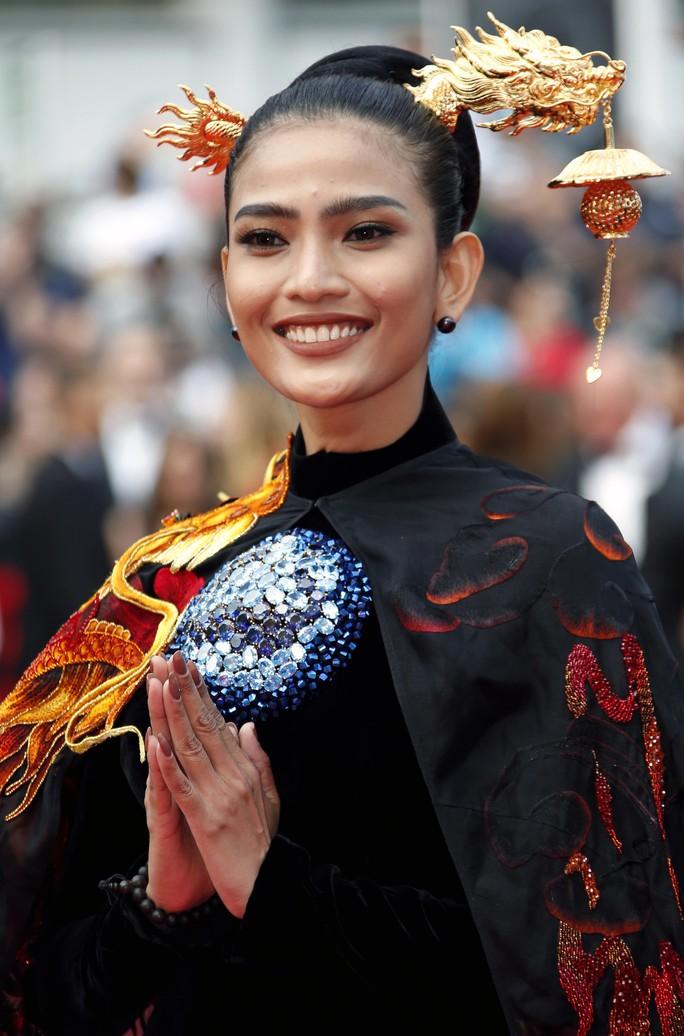 Trương Thị May đẹp hút hồn trên thảm đỏ Cannes - Ảnh 1.