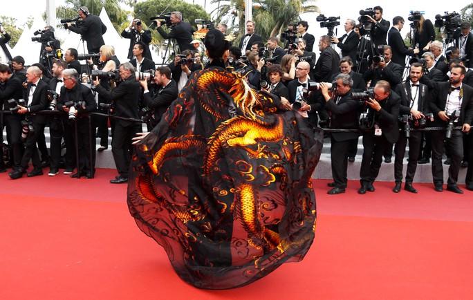 Trương Thị May đẹp hút hồn trên thảm đỏ Cannes - Ảnh 3.