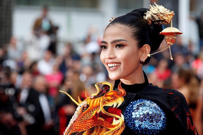 Trương Thị May đẹp hút hồn trên thảm đỏ Cannes - Ảnh 2.