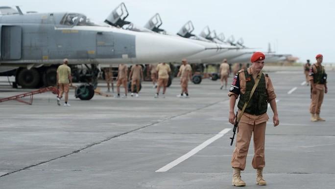 """Căn cứ Nga tại Syria bị """"dội"""" tên lửa - Ảnh 1."""
