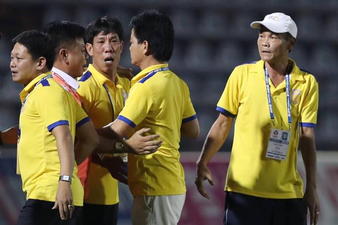 HLV Văn Sỹ nhường ghế HLV trưởng Nam Định cho anh trai - Ảnh 1.
