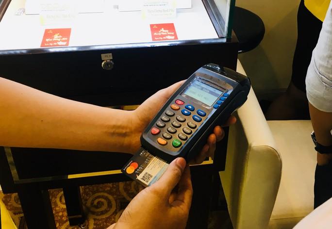 Chủ thẻ tín dụng tá hỏa khi bị tính lãi phạt vì nợ 400.000 đồng - Ảnh 2.