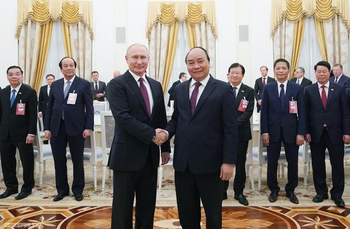 Thủ tướng Nguyễn Xuân Phúc hội kiến Tổng thống Nga Putin - Ảnh 1.