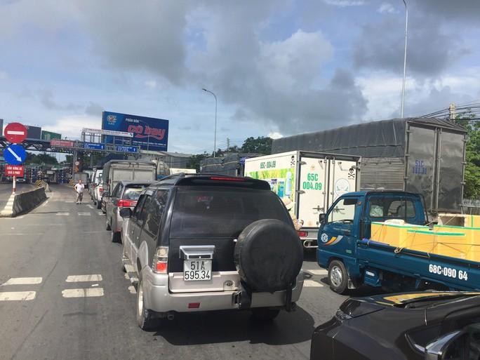 Tài xế tiếp tục dừng xe phản ứng, ùn tắc quanh trạm BOT T2 - Ảnh 1.