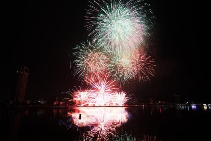 Mỹ Tâm hát Trở về dòng sông tuổi thơ trong đêm khai hội pháo hoa - Ảnh 1.