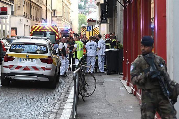 Pháp: Bom đinh nổ trên phố, 13 người bị thương - Ảnh 1.