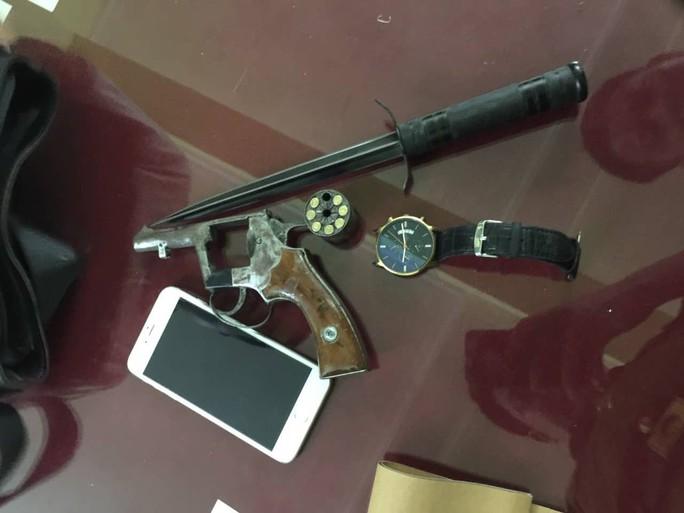 Côn đồ tay cầm súng, tay cầm lưỡi lê xông tới đâm bị thương trung úy cảnh sát hình sự - Ảnh 2.