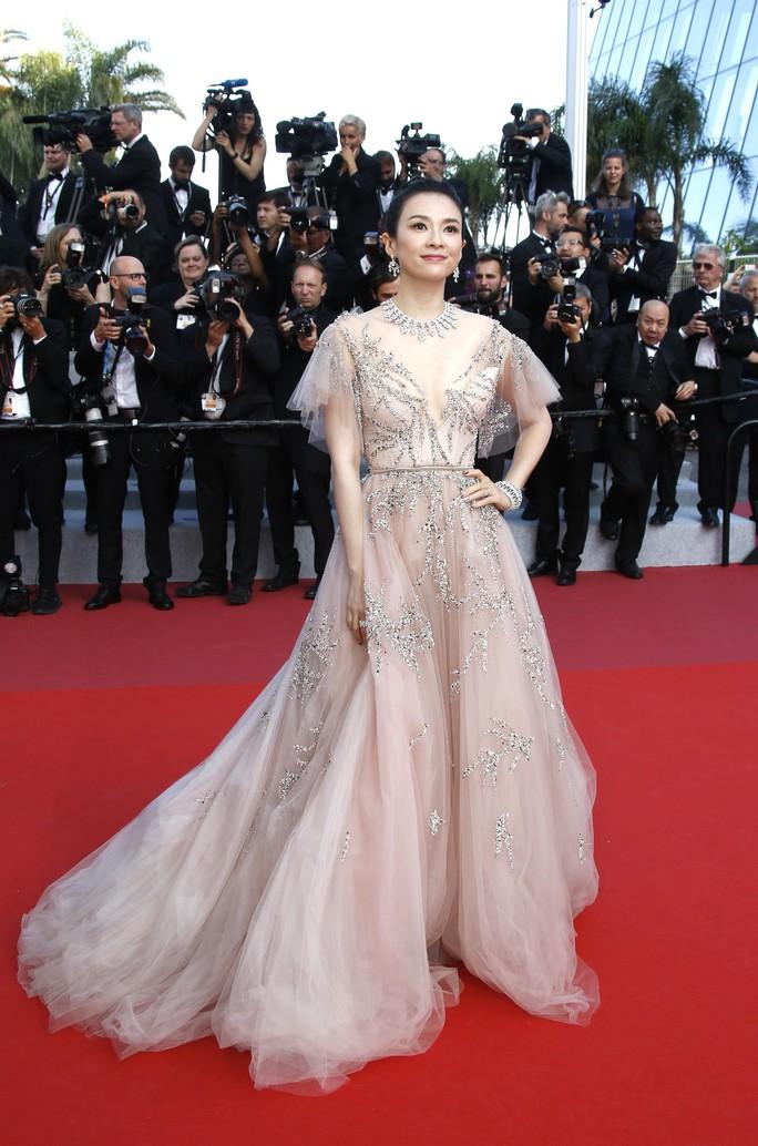Chương Tử Di khoe khéo vòng một ở ngày cuối Liên hoan Phim Cannes - Ảnh 2.