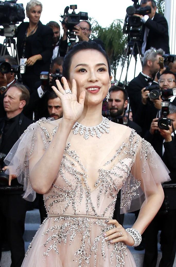 Chương Tử Di khoe khéo vòng một ở ngày cuối Liên hoan Phim Cannes - Ảnh 1.