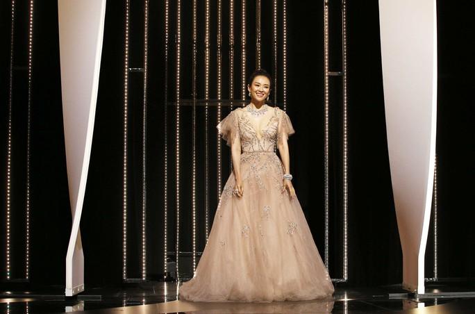 Chương Tử Di khoe khéo vòng một ở ngày cuối Liên hoan Phim Cannes - Ảnh 3.