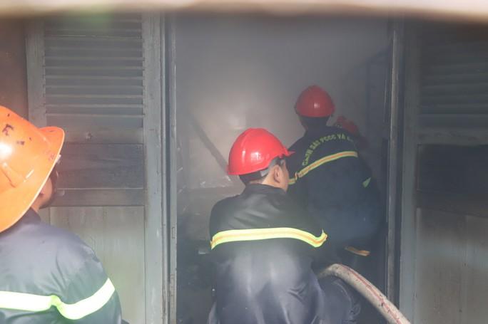 Hỏa hoạn thiêu rụi 7 gian nhà kho nghiên cứu thực nghiệm dâu tằm Lâm Đồng - Ảnh 1.