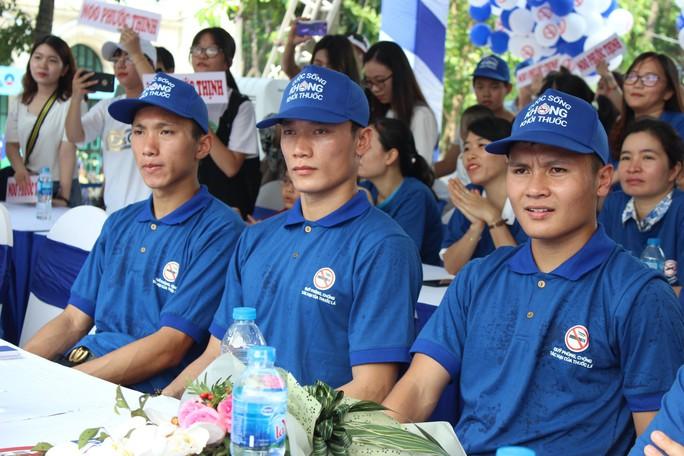 Nhiều cầu thủ đội tuyển bóng đá Việt Nam kêu gọi mọi người bỏ thuốc lá - Ảnh 1.