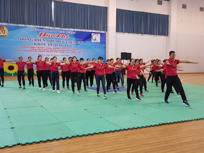 500 vận động viên thi đồng diễn thể dục giữa giờ - Ảnh 1.