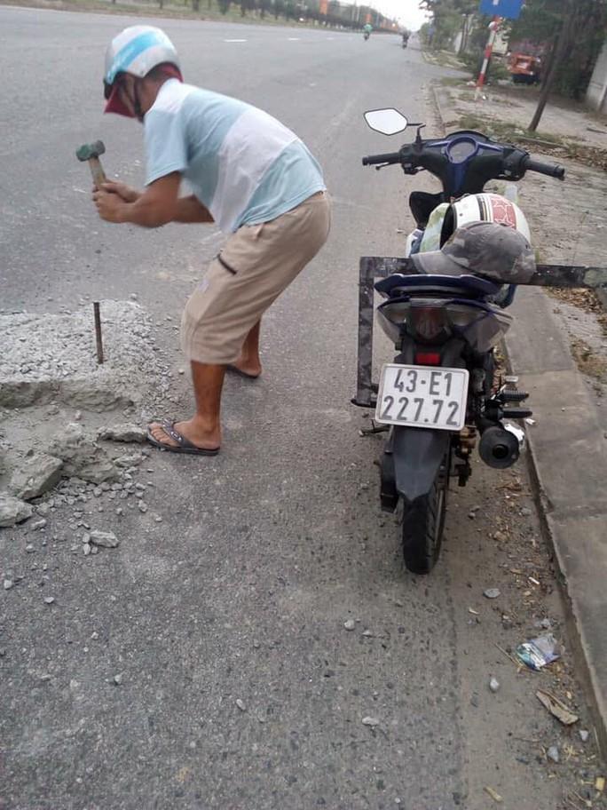 Sợ người dân gặp nạn, 2 thợ đá đục mảng bê tông gây sốt mạng xã hội - Ảnh 1.