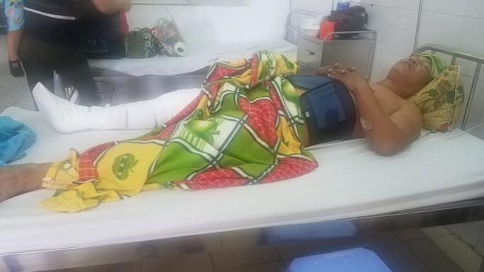 Quảng Nam: Cán bộ xã bị cát tặc lái xe tông gãy xương đùi - Ảnh 1.