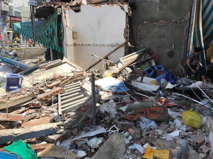 Hiện trường kinh hoàng xe ben tông sập nhà dân lúc đổ dốc cầu - Ảnh 1.