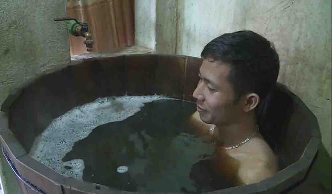 Thứ nước tắm kỳ lạ ở Lai Châu - Ảnh 2.