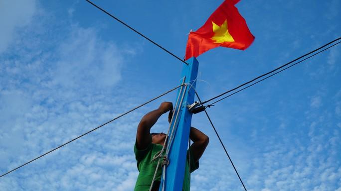 Một triệu lá cờ Tổ quốc cùng ngư dân bám biển: Tất bật cho chuyến đi dài - Ảnh 1.