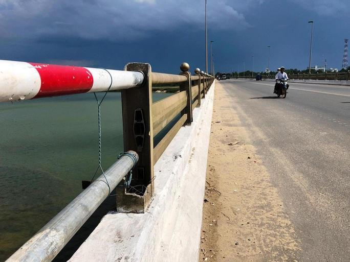Lan can cầu huyết mạch ở Quảng Ngãi hư hỏng, dân dùng tre gác ngang - Ảnh 2.