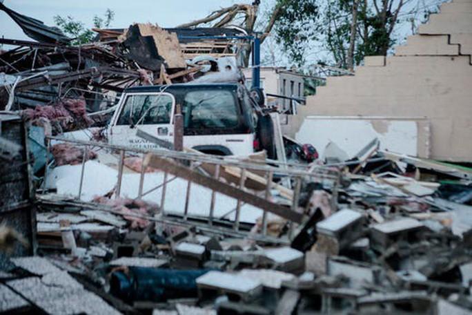 Lốc xoáy dồn dập tấn công bang của Mỹ, nhiều người bị thương - Ảnh 2.