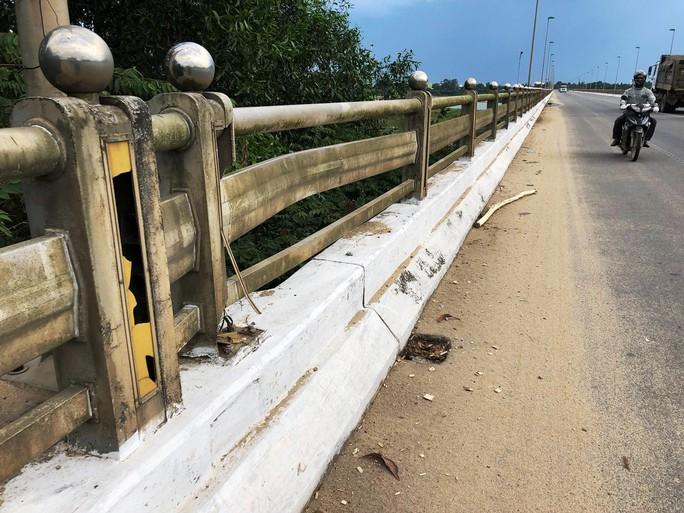 Lan can cầu huyết mạch ở Quảng Ngãi hư hỏng, dân dùng tre gác ngang - Ảnh 5.