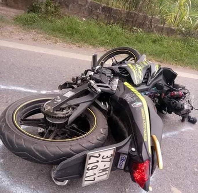Va chạm xe tải, nam thanh niên đi xe máy văng xuống đường tử vong tại chỗ - Ảnh 1.