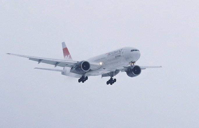 Mưa đá đập vỡ kính, máy bay Airbus hạ cánh khẩn cấp - Ảnh 4.