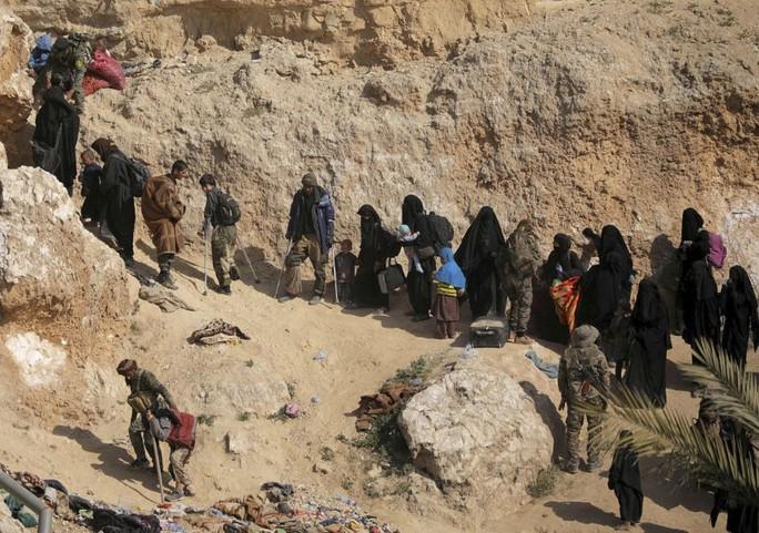 Mỹ âm thầm chuyển thành viên IS từ Syria đến Iraq - Ảnh 1.
