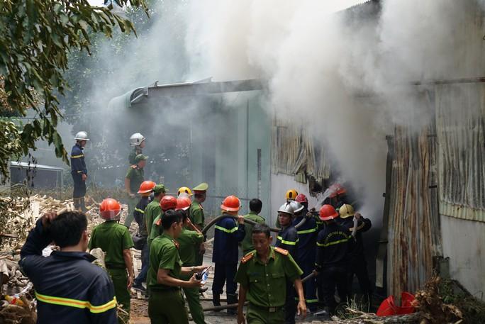 Cháy dữ dội bên trong xưởng hương, nhiều tài sản bị thiêu rụi - Ảnh 1.