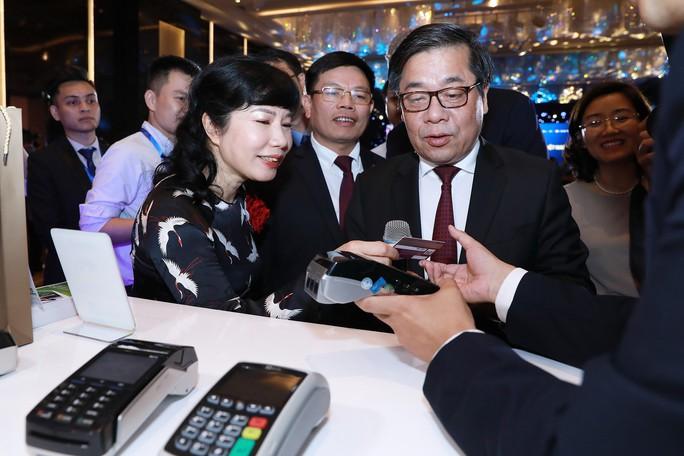 7 ngân hàng đầu tiên chính thức phát hành thẻ chip  - Ảnh 1.