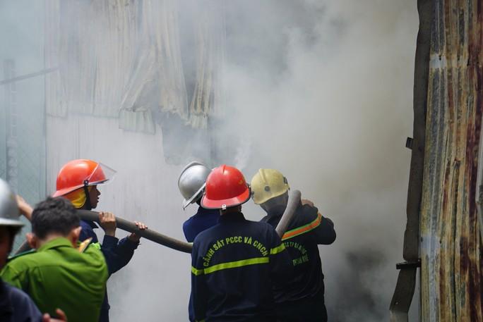 Cháy dữ dội bên trong xưởng hương, nhiều tài sản bị thiêu rụi - Ảnh 2.