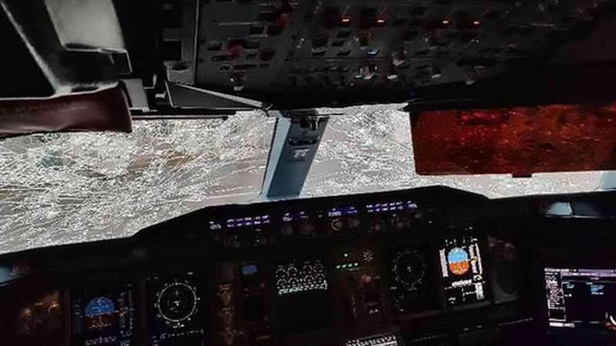 Mưa đá đập vỡ kính, máy bay Airbus hạ cánh khẩn cấp - Ảnh 2.