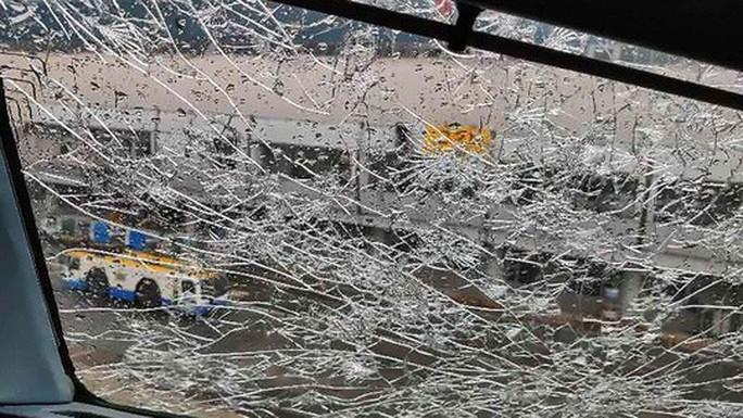 Mưa đá đập vỡ kính, máy bay Airbus hạ cánh khẩn cấp - Ảnh 3.