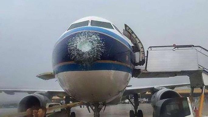 Mưa đá đập vỡ kính, máy bay Airbus hạ cánh khẩn cấp - Ảnh 1.