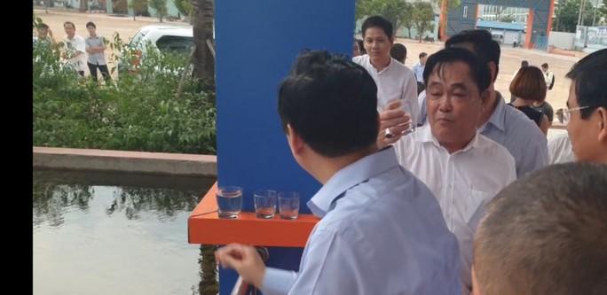 Ông Dũng lò vôi uống nước thải đã xử lý trước mặt Bộ trưởng TN-MT - Ảnh 10.