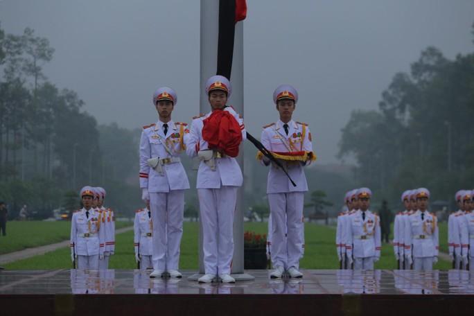 Toàn cảnh Lễ treo cờ rủ Quốc tang nguyên Chủ tịch nước Lê Đức Anh trong mưa - Ảnh 1.