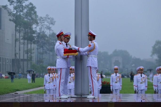 Toàn cảnh Lễ treo cờ rủ Quốc tang nguyên Chủ tịch nước Lê Đức Anh trong mưa - Ảnh 13.
