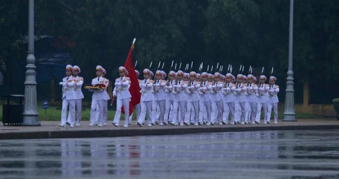 Toàn cảnh Lễ treo cờ rủ Quốc tang nguyên Chủ tịch nước Lê Đức Anh trong mưa - Ảnh 6.